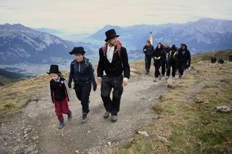 En Suisse, quelque 250 personnes ont participé à la marche funèbre en commémoration du Pizol, ce dimanche 22 septembre. © Fabrice Coffrini, AFP