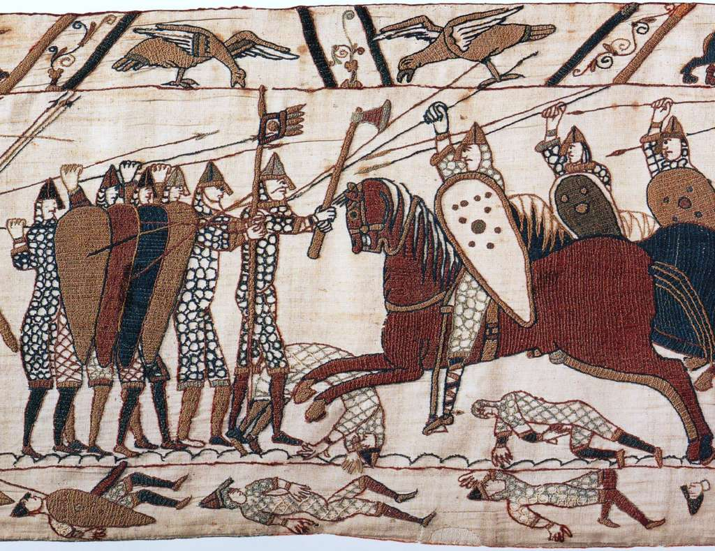 Tapisserie de Bayeux, scène 52 : assaut de la chevalerie normande contre les fantassins anglais. © Wikimedia Commons, domaine public.
