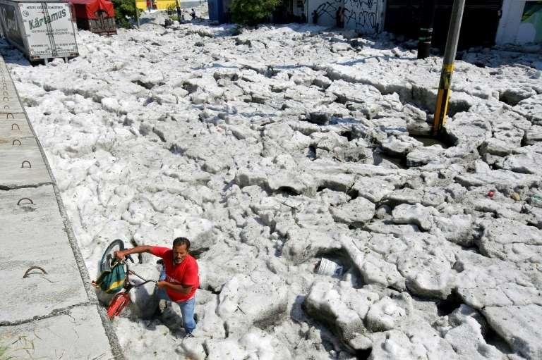 Une rue envahie par la glace après de fortes chutes de grêle, le 30 juin 2019 à Guadalajara, au Mexique. © Ulises Ruiz - AFP