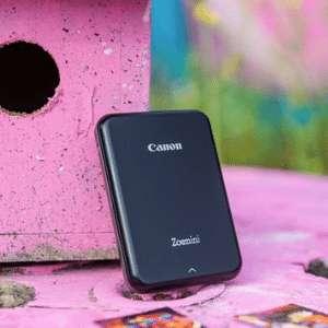 Avec un poids plume de 160 grammes, l'imprimante portable Zoemini de Canon est idéale pour les voyages. © Canon