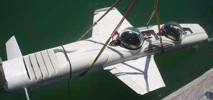 Mise à l'eau d'un Super Falcon, avec ses ailes, dépliées, de 3 mètres d'envergure. Lorsqu'elles sont repliées, l'engin mesure 1,4 mètre de large. © Deep Flight