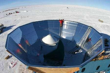 Le télescope QuAD au cœur de son bouclier le protégeant du rayonnement réfléchi par le sol, au Pôle sud. Crédit : Sarah Church