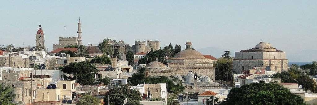 La ville de Rhodes (avec sa cité médiévale, à l'image) a subi de nombreux séismes dans son histoire. Outre celui qui a abattu le colosse de Rhodes, on retiendra celui du 3 mai 1481 et celui du 26 juin 1926. © Bernard Gagnon, Wikimedia Commons, GNU 1.2