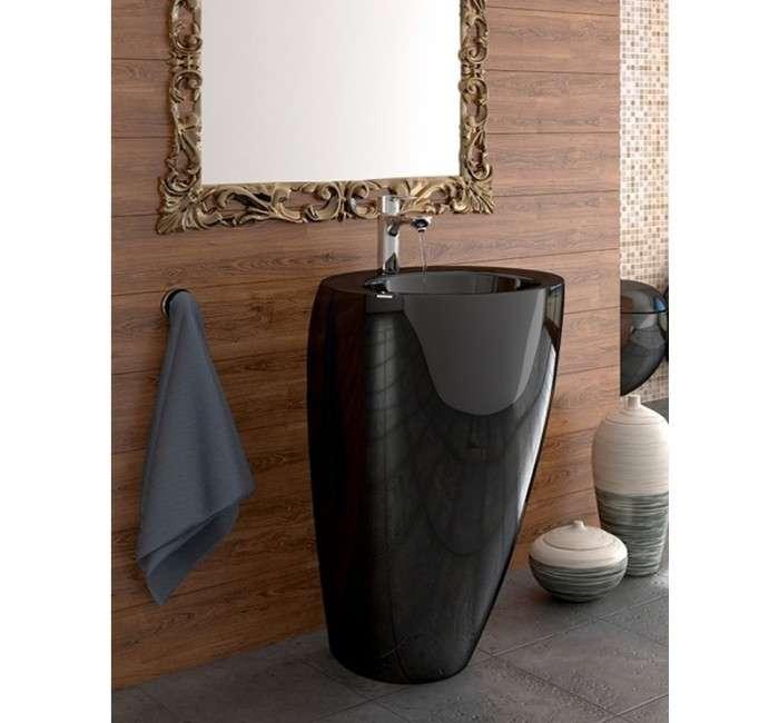 Très tendance, le lavabo totem investit l'univers de la salle de bain. Appareil autoportant, au look épuré, il tient à la fois de la sculpture et de l'objet fonctionnel. Modèle « Totem » de COOKE & LEWIS © Castorama