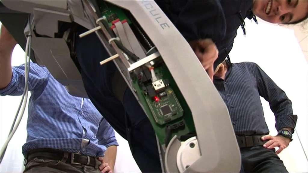 Des capteurs, du traitement de l'information, de l'électronique de puissance et de la mécanique : un exosquelette est un robot très particulier, dont la réalisation exige des collaborations entre plusieurs métiers. © ESME Sudria