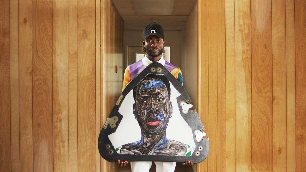 L'artiste ghanéen Amoako Boafo présente une de ses œuvres qui volera au sommet de la capsule du New Shepard. © Uplift Aerospace