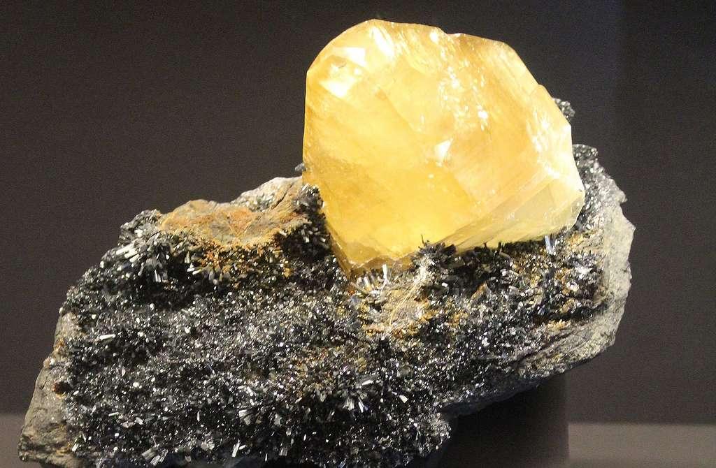 Calcite et antimony. © Dguedenl, Wikimedia commons, CC 4.0