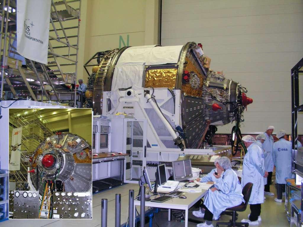 Juin 2007 à l'Estec, le Centre technique de l'Esa. Ingénieurs et techniciens préparent le système d'amarrage de l'ATV sur le premier exemplaire, Jules Verne, qui sera lancé en mars 2008. © Rémy Decourt
