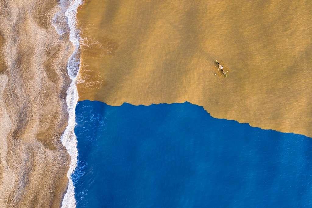 Les eaux boueuses rencontrent le bleu de l'océan, Timor oriental. © JGalamba, Dronestagram