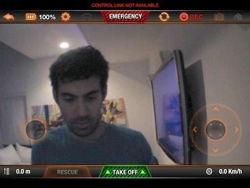 Sur cette capture d'écran réalisée par Samy Kamkar, on distingue l'interface de contrôle d'un drone Parrot qui vient d'être détourné par l'application SkyJack. En rouge, le message « Control link not available » indique que la connexion Wi-Fi d'origine entre le drone et le terminal mobile a été coupée. Quelques secondes plus tard, l'application SkyJack prend la main et se connecte au drone, qu'elle peut alors contrôler. © Samy Kamkar