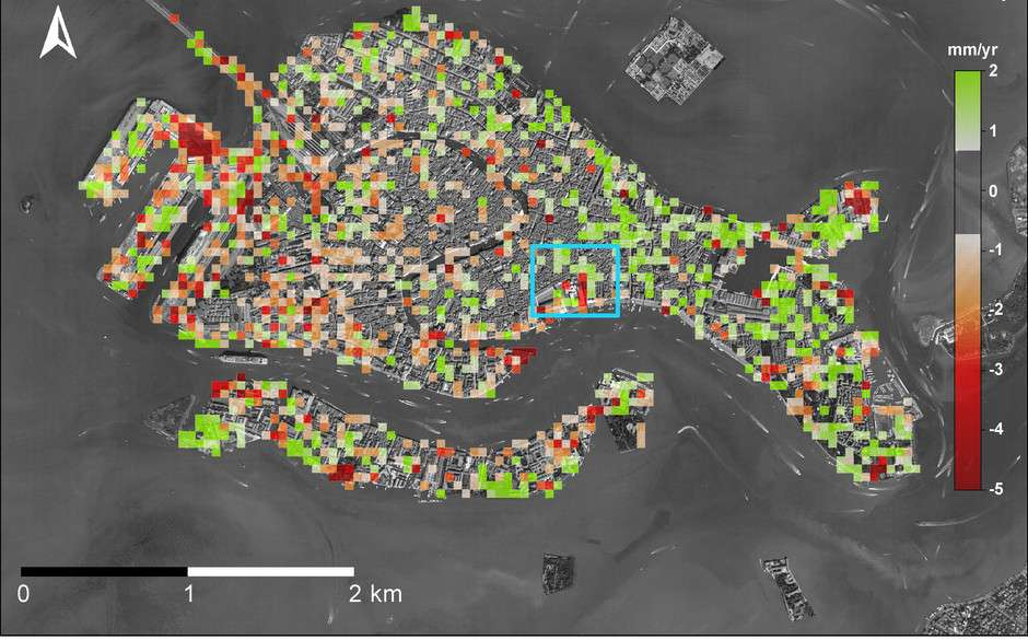 Les mouvements actuels des terres de Venise liés aux activités humaines sont représentés sur cette carte. En vert sont indiquées les zones où l'Homme a favorisé le redressement de la ville, et en rouge celles où au contraire il accélère le processus d'affaissement. © Tosi et al., Scientific Reports, 2013