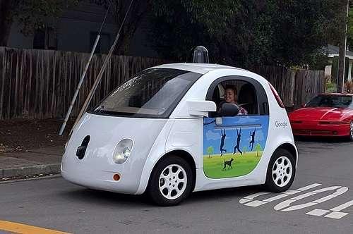 La célèbre Google Car, une voiture sans conducteur développée par Google X, filiale de Google. © Grendelkhan, Wikimedia Commons, CC by-sa 4.0