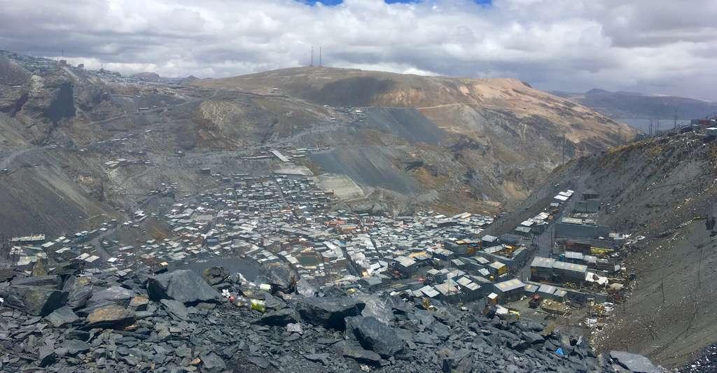 À La Rinconada, le paysage apparaît un peu lunaire. Ni faune ni flore. La vie ne s'aventure que peu à pareille altitude. Et la ville tient plus du «gigantesque bidonville» que d'une ville au sens où nous l'entendons classiquement. Sa raison d'être : une mine d'or dont l'exploitation a explosé depuis les années 1990. © Axel Pittet, Expédition 5300
