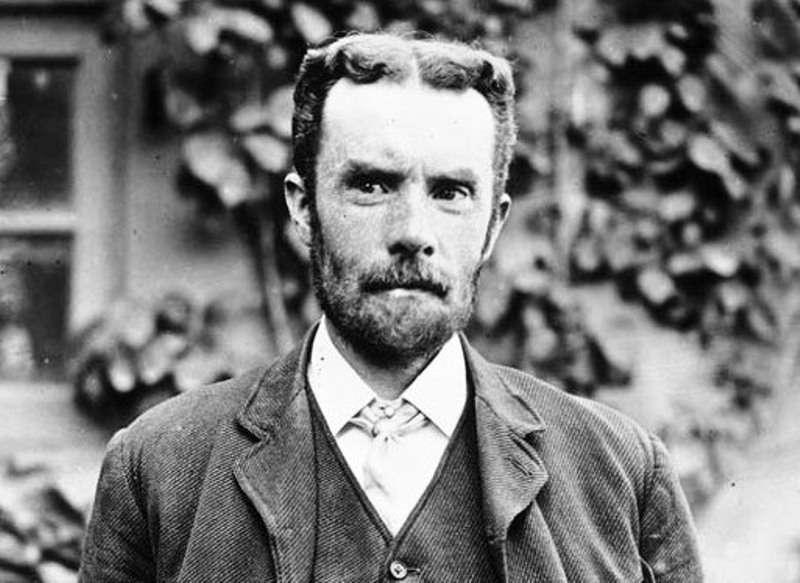 Oliver Heaviside (1850 - 1925) était un physicien, un ingénieur et aussi un mathématicien britannique autodidacte dont les travaux ont eu d'importantes répercussions dans le domaine de la théorie électromagnétique. On lui doit en particulier la forme condensée et simplifiée des équations de Maxwell, toujours enseignée, qu'il a formulé à l'aide du calcul vectoriel alors naissant à la fin du XIXe siècle. C'est aussi à lui que l'on doit l'utilisation des nombres complexes pour étudier les circuits électriques. Sa méthode pour résoudre des équations différentielles ordinaires, peu orthodoxes pour les mathématiciens de l'époque, n'a été bien comprise que dans le cadre de la théorie des distributions du mathématicien français Laurent Schwartz. © DP, Wikipédia