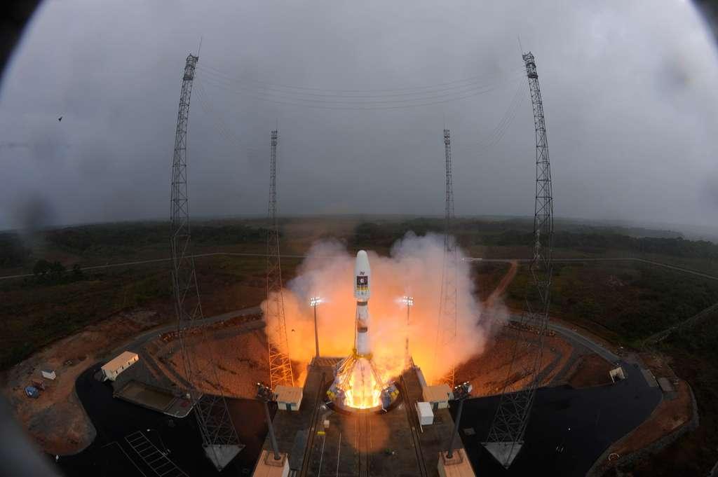 Photographié depuis le portique, la structure mobile qui différencie l'Ensemble de lancement Soyouz des installations utilisées en Russie et au Kazakhstan, le lanceur Soyouz décolle pour la première fois depuis la Guyane. © Esa/S. Corvaja, 2011