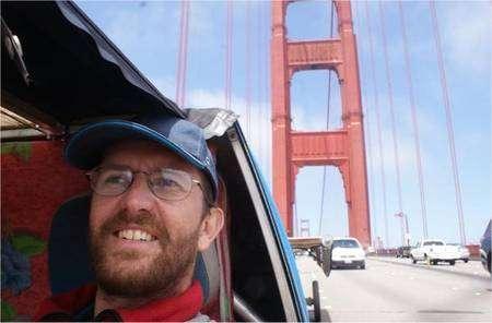 Louis Palmer sur le Golden Gate Bridge, à San Francisco. © Equipe SolarTaxi