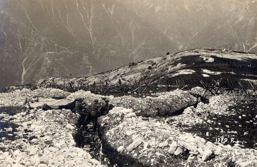 Chasseurs alpins italiens dans des tranchées en montagne. © www.esercito.difesa.it, Creative Commons Attribution 2.5