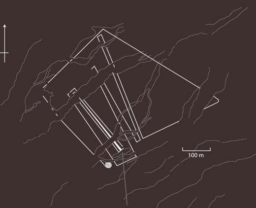 Représentation schématique du géoglyphe nazca découvert au Pérou en 1984 par Clive Ruggles, mais cartographié seulement en 2007. Selon les archéologues, il s'agirait d'un labyrinthe à vocation spirituelle, peut-être destiné aux dieux ou aux esprits, car il était peu fréquenté par l'Homme. Le tracé fait plus de 4 km de long. © Clive Ruggle, Nicholas Saunders, 2012, Antiquity