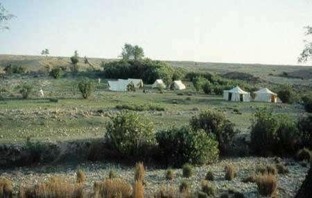 Le Camp de base de Lundo, où nous sommes restés pendant 18 jours en autosuffisance au « printemps » 1999. La température atteignait 50°C à l'ombre. © 1999 MPFB (POA)