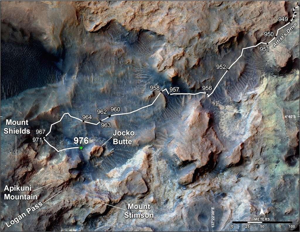 Curiosity a effectué un détour pour mener l'enquête sur une « vallée incisée remplie » située au nord-ouest de « Mount Shields », comme le montre cet itinéraire superposé à une image prise en orbite par la sonde MRO. Le sol 976 marque la position du rover le 5 mai 2015. Sa prochaine étape est « Logan Pass ». © Nasa, JPL-Caltech, University of Arizona