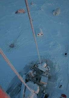 Le Tara, soulevé par la glace, est devenu un observatoire de la banquise. © Tara Arctic