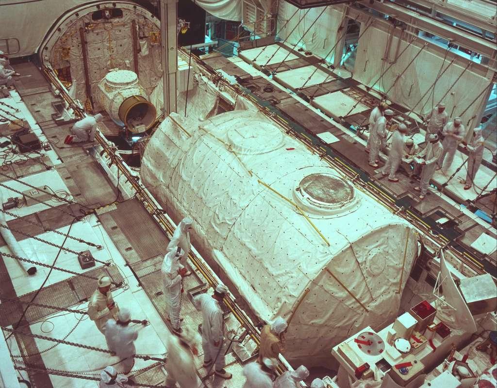 Le Spacelab 1 installé dans la soute de navette Columbia (août 1983) en vue de son vol en novembre (STS-9) à bord duquel embarquera Ulf Merbold, premier astronaute européen de l'ESA. © Nasa
