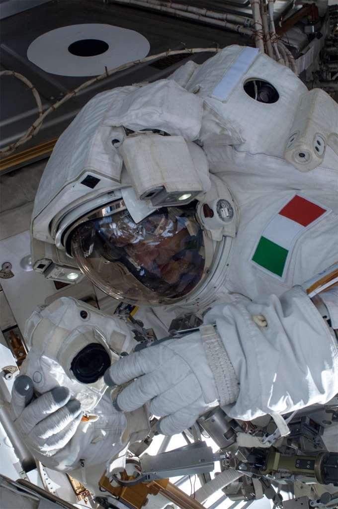 Luca Parmitano pendant la première heure de sa sortie dans l'espace avant qu'une fuite d'eau ne se déclare et le contraigne à rentrer dans l'ISS. © Nasa