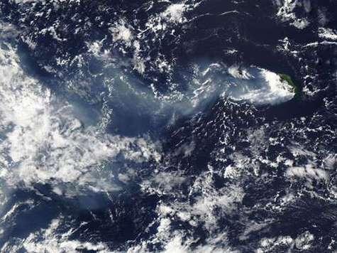 Eruption du Piton de la Fournaise (en haut à droite) le 5 avril 2007, vue par le satellite MODIS de la NASA. Crédits NASA.