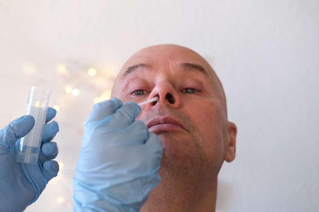 La production de cytokines est différente dans la muqueuse nasale et dans le sang et les patients atteints de Covid-19 présentent des changements importants dans le microbiome nasopharyngé. © kittyfly, Adobe Stock