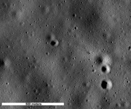 Le module lunaire de Apollo 14 (Antares) se repère (cliquer sur l'image pour une version agrandie) au milieu de l'image un peu à droite, au-dessus et à gauche des deux grands cratères. Crédit : Nasa/Goddard Space Flight Center/Arizona State University