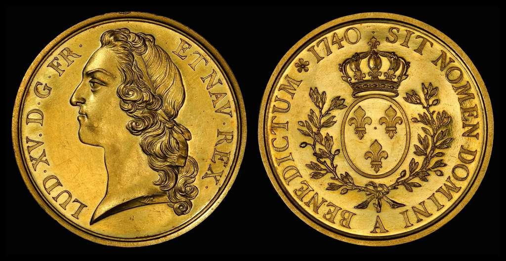 Essai d'écu en or de Louis XV « au bandeau », 1740, d'après le modèle du sculpteur Edme Bouchardon. © cgb.fr, Wikimedia Commons, domaine public