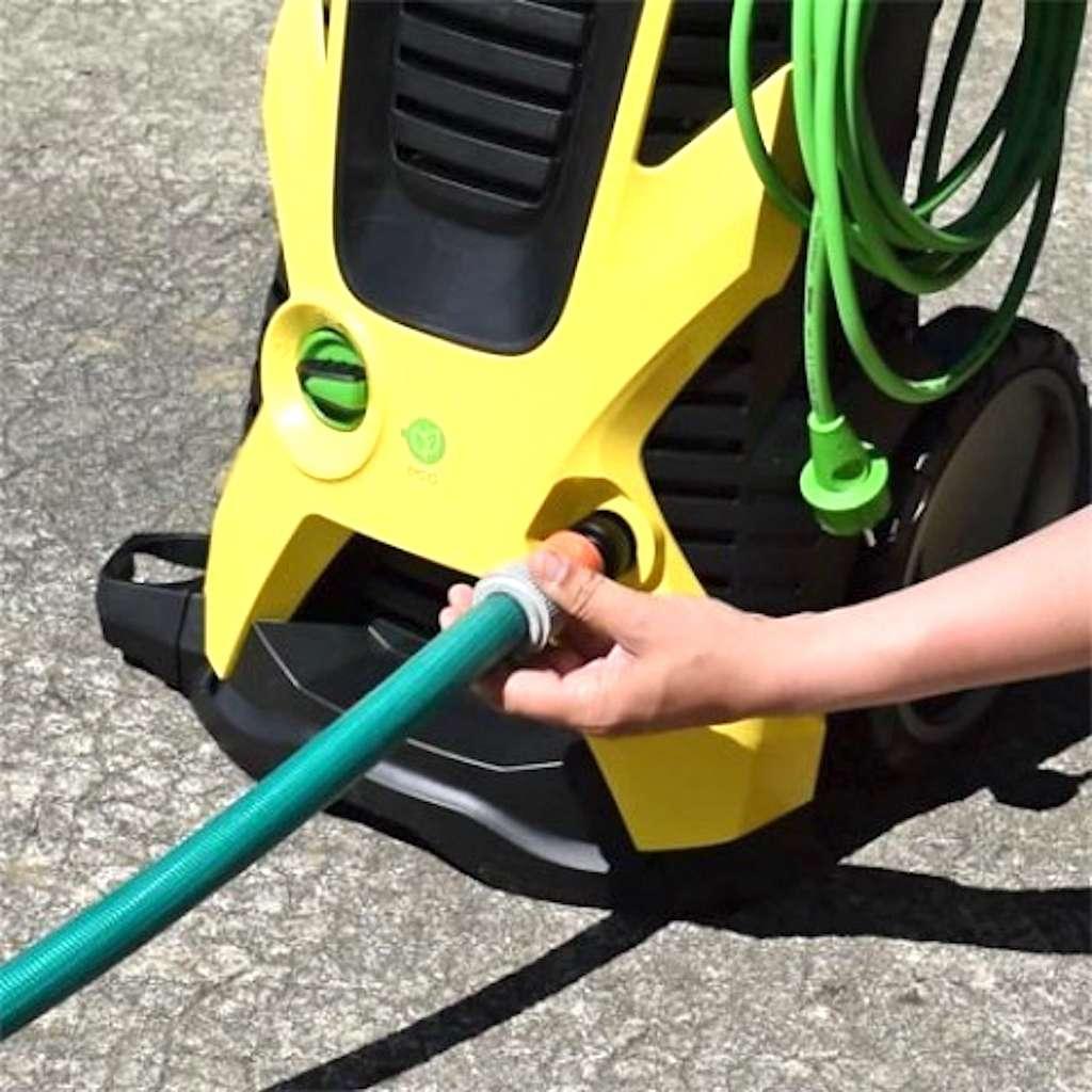 En règle générale, l'alimentation en eau s'effectue au moyen d'un tuyau d'arrosage équipé de raccords rapides. © Kärcher