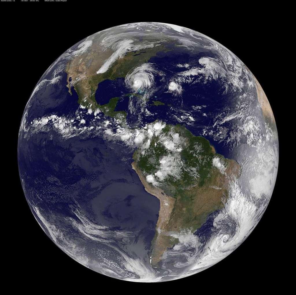 Vue d'ensemble du globe terrestre centrée sur le contient américain, le 7 octobre. Sur cette image prise par le satellite Goes-East de la NOAA, on peut voir l'ouragan Matthew aborder la côte est de la Floride. Affaibli, il était alors devenu un ouragan de catégorie 3. Ses vents les plus soutenus soufflaient à environ 185 km/h. Il a ensuite poursuivi sa course le long de la façade atlantique des États-Unis. © Nasa Goddard MODIS Rapid Response Team