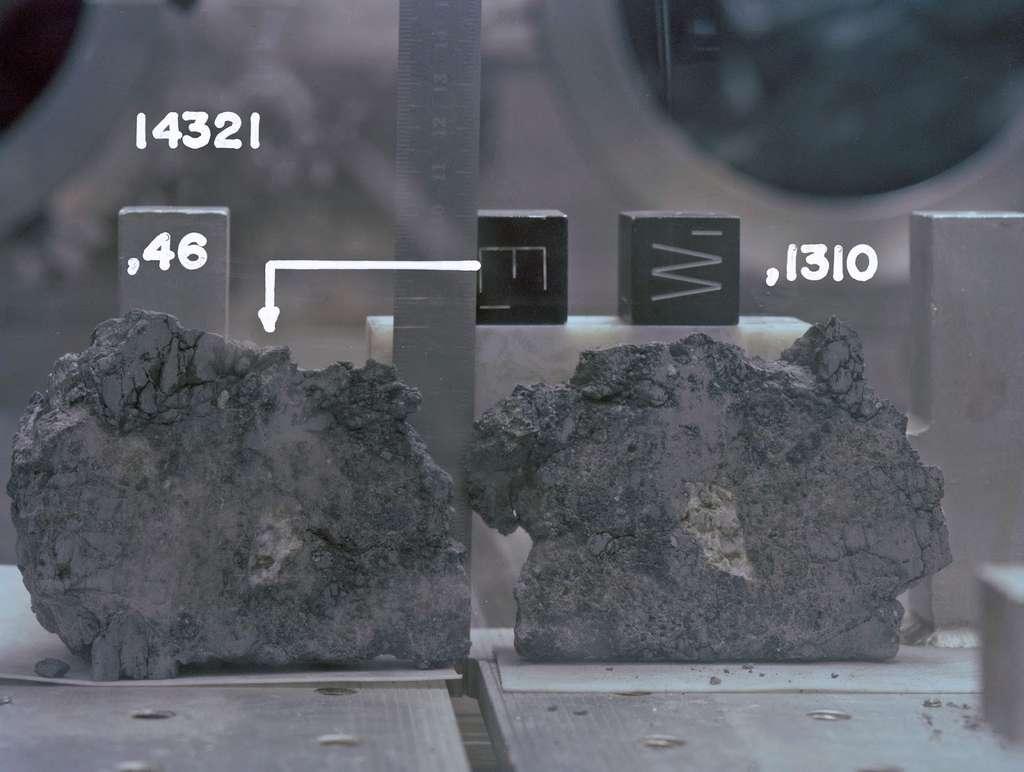 Ici, deux fragments de 14321,46 et 1310. Il ne reste actuellement qu'environ 70 % de la roche d'origine. Tout le reste a été utilisé pour des expériences. © Nasa