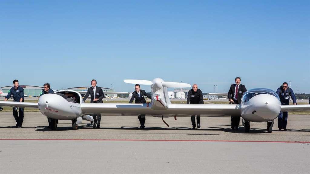 L'équipe autour de son HY4, un avion à quatre places dont le « carburant » est l'hydrogène. L'engin ne rejette que de l'eau dans l'atmosphère, mais il faut au préalable produire cet hydrogène. © H2Fly, DLR