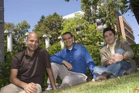 Babak Parviz (à droite), avec ses collègues de l'université de Washington. Le chercheur est actuellement (2015) l'un des vice-présidents d'Amazon. © DR