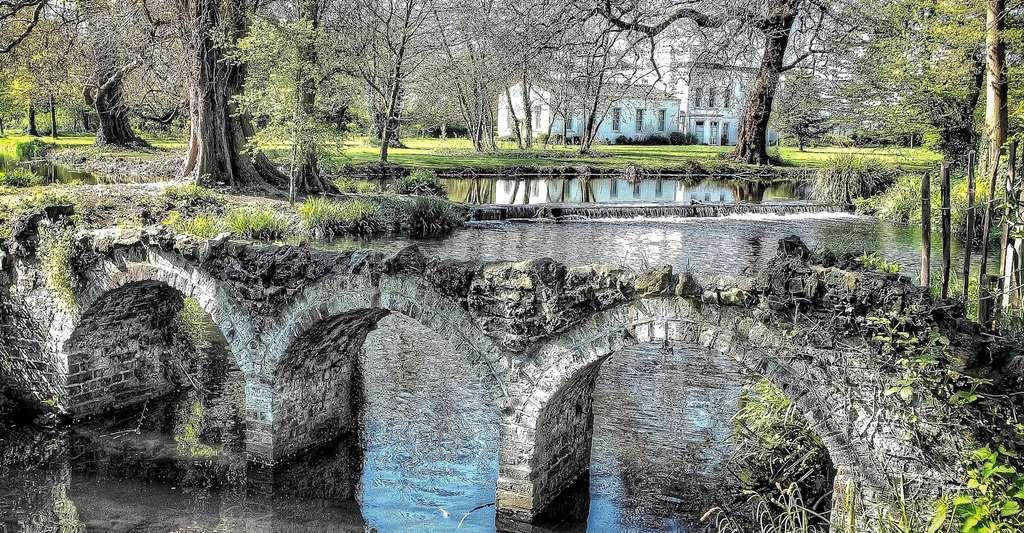 Dans les villes, les parcs — comme celui-ci à Londres — et autres espaces verts constituent de véritables zones de fraîcheur. © 5477687, Pixabay, CC0 Public Domain