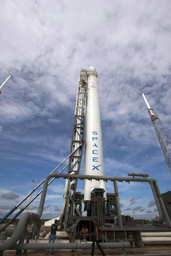 Le système de transport spatial de SpaceX sur son pas de tir, quelques jours avant son lancement, lors d'un dernier test. © Nasa