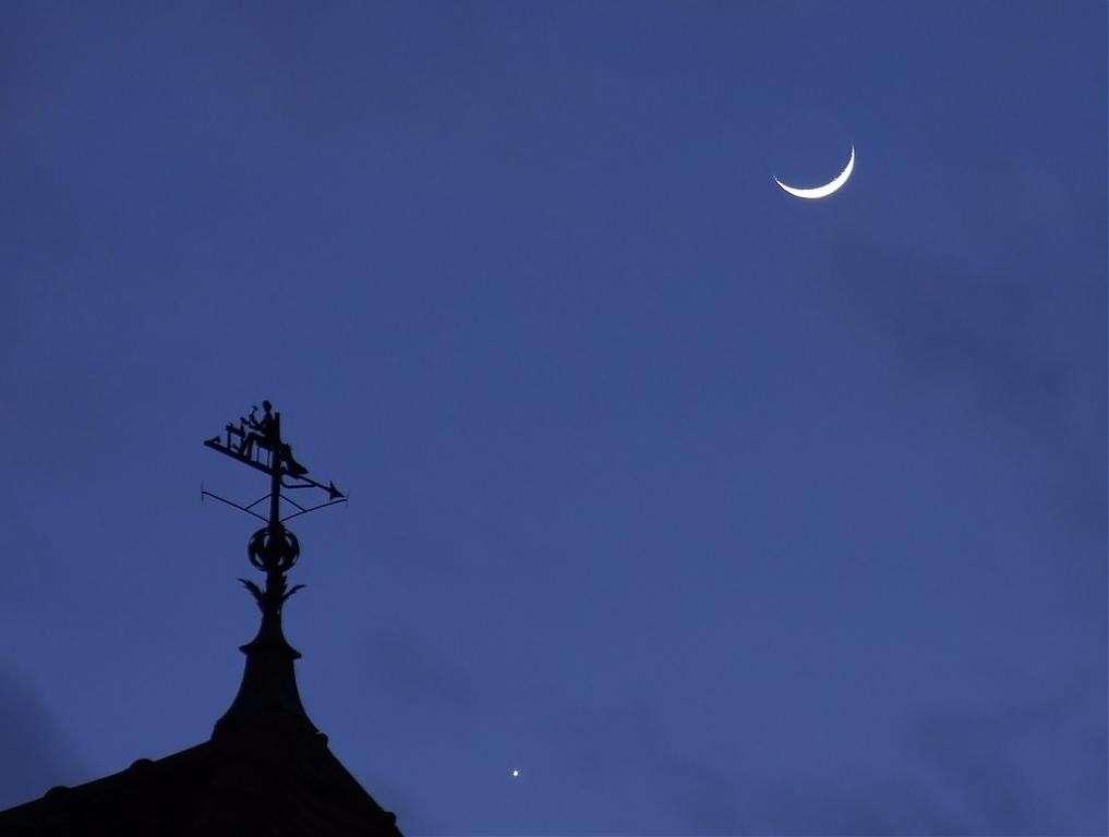 Lorsqu'on les observe à l'œil nu, les planètes du Système solaire (ici Vénus) ne montrent qu'un petit point plus ou moins brillant, en rien comparable avec la Lune. © J.-B. Feldmann