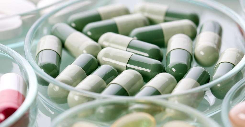 Les médicaments contre le mal de dos. © Yenneris - Shutterstock