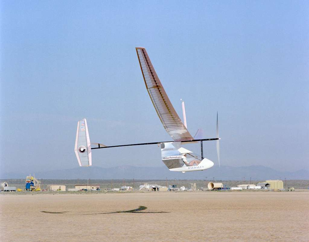 Le Daedalus, conçu par l'équipe du MIT, décolle pour la dernière fois au Dryden Flight Research Center de la Nasa, le 7 mars 1988. Il sera ensuite transporté en Crète pour reproduire l'aventure aérienne de la mythologie grecque. © Nasa