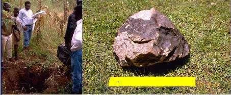 L'un des plus gros fragments de la météorite de Mbale, découvert en Ouganda le 14 août 1992. Il s'agit d'une chondrite de type L5-6. Bien qu'il ne s'agisse pas d'une sidérite, notez sur sa croûte les dépressions sombres en forme d'empreintes digitales. À gauche, le cratère d'impact. © Documents de la DMS
