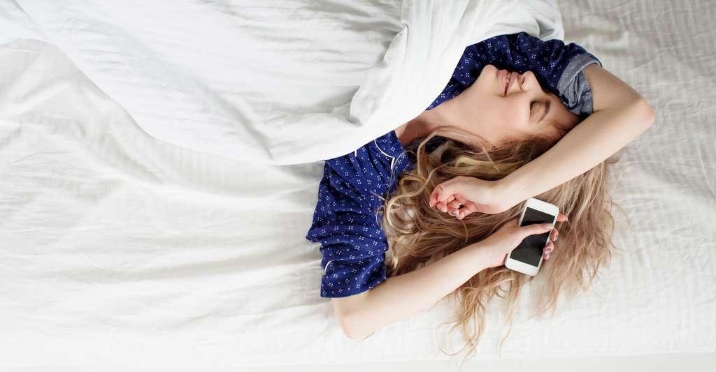 Numéro de téléphone à disposition, fonction GPS, recommandations de restaurants. Une étude scientifique prétend que l'usage du smartphone nous rend intellectuellement paresseux. © Ulia Koltyrina, Fotolia