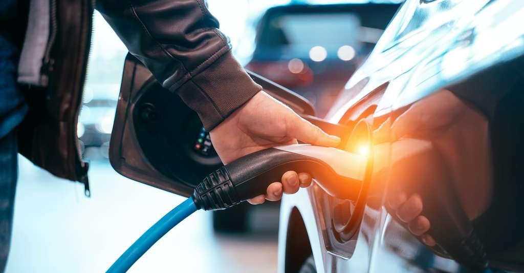 Les particules ultrafines contribuent à réduire la qualité de l'air et sont nocives pour la santé humaine. Les mesures réalisées par des chercheurs de l'université du Texas (États-Unis) révèlent qu'elles sont produites à près d'un million de nanoparticules par centimètre cube d'air par les gaz d'échappement de nos voitures. Le passage à la voiture électrique pourrait être une solution. © teksomolika, Adobe Stock