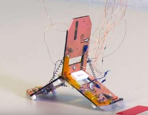 Le Tribot est un robot origami qui se déplace en rampant et peut sauter grâce à ses actionneurs faits dans un alliage à mémoire de forme. © EPFL, YouTube
