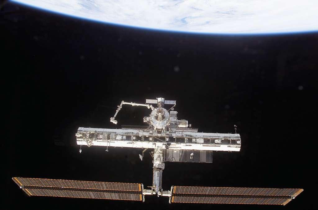 Octobre 2002, la grande poutre de l'ISS prend forme avec déjà 3 sections