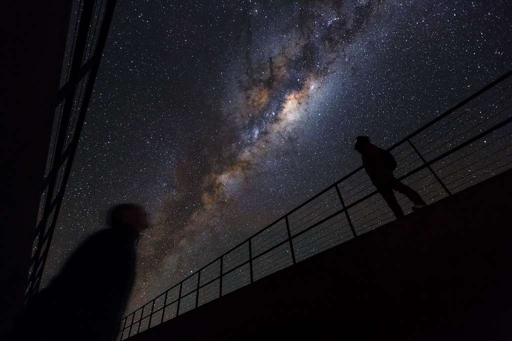 La Voie lactée photographiée au-dessus du désert d'Atacama, au Chili, où sont installés plusieurs grands observatoires. Seule une petite fraction des étoiles qui peuplent notre Galaxie sont visibles à l'œil nu. La plupart sont regroupées dans la nuée blanche de ce gros serpent d'étoiles, indistinctes individuellement, et aussi cachées par des nuages de poussière. © ESO, Luis Calçada, Herbert Zodet