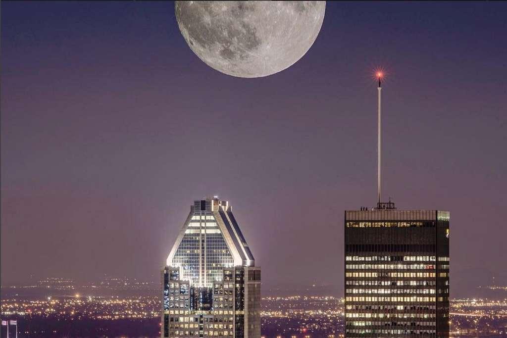 La super Lune photographiée au-dessus du centre ville de Montréal. © @mengjia73, via Instagram