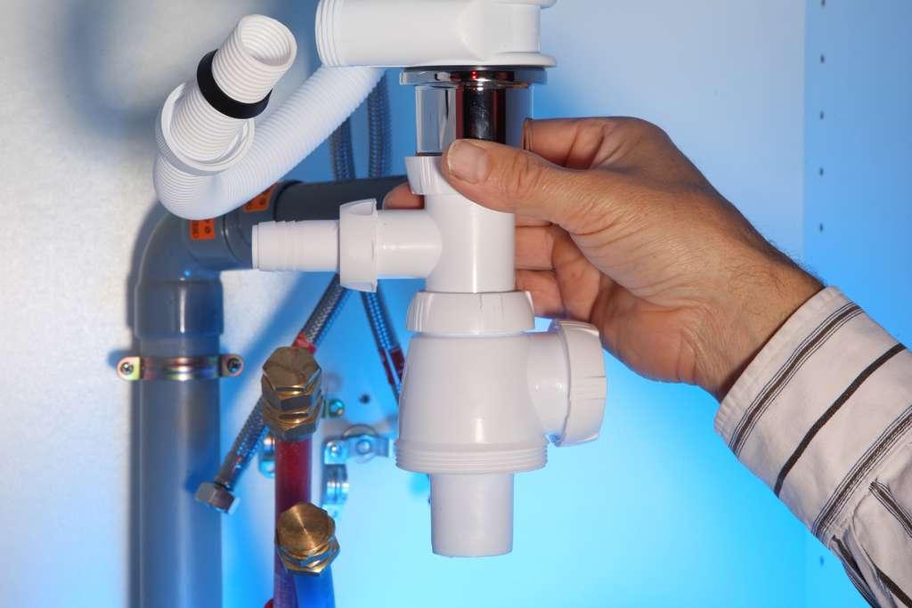 L'évacuation des eaux usées d'un évier avec des tubes et des raccords en PVC est simple à réaliser. © Philippe Devanne, Adobe Stock
