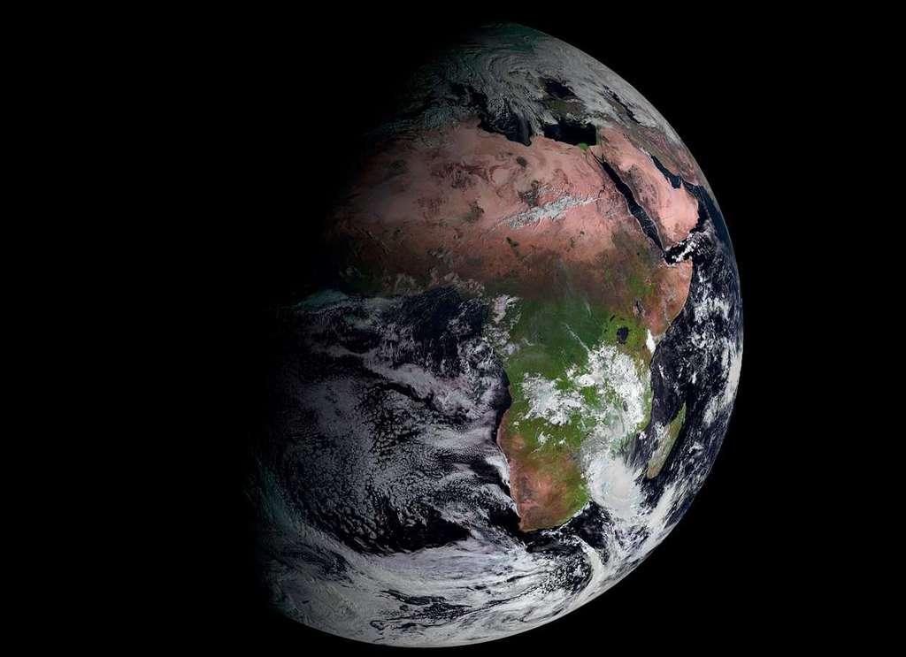 Premiers clichés obtenus par le troisième satellite de seconde génération Meteosat, lancé en juillet 2012 par un lanceur Ariane 5. Construits en France par Thales Alenia Space, les satellites Meteosat sont exploités par Eumetsat, et font partie du système mondial d'observation de l'atmosphère terrestre, mis en place par l'Organisation météorologique mondiale (OMM). © Eumetsat